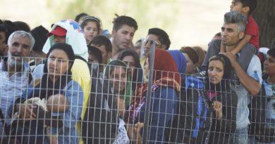 Искат закриване на центровете за бежанци