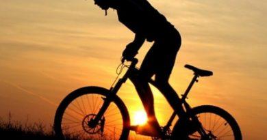мъж с колело