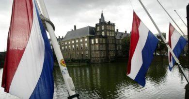 """В Холандия ще """"събличат"""" младежи в подозрително скъпи дрехи"""