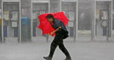 човек с чадър