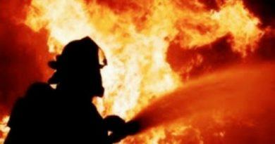 Пожар гори близо до селище в Гърция