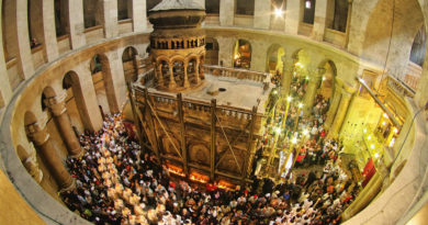 Easter in the Church of the Holy Sepulcher, Jerusalem. While Christians from around the world can come to Jerusalem for Eastern without any problems, Palestinian Christians have to ask for a special authorization from the Israeli army (and not everybody receives it).
