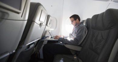 лаптоп в самолета