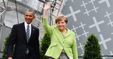 Former US president Barack Obama and Chancellor Angela Merkel arrive on stage during the Protestant church day (Kirchentag) event at the Brandenburg Gate (Brandenburger Tor) in Berlin on May 25, 2017. ?Barack Obama attends a panel dicussion with Angela Merkel in Berlin before heading to Baden-Baden to receive a German media prize. / AFP PHOTO / John MACDOUGALL