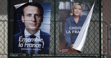 epa05948377 Election posters of French presidential election candidate Emmanuel Macron (L) and Marine Le Pen (R) during the second round of the French presidential elections in Nice, France, 07 May 2017.  EPA/SEBASTIEN NOGIER