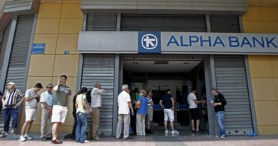 epa04822524 People wait in a queue to withdraw money from an ATM outside a branch of Greece's Alpha Bank in Athens, Greece, 28 June 2015. Greek Prime Minister Alexis Tsipras called for a referendum on the Greek debt deal on 05 July, during a televized speech on Greek state TV. Eurozone finance ministers on 27 June rejected a request to extend the European part of Greece's bailout program beyond 30 June, casting serious doubts on the Mediterranean nation's permanence in the European common currency.  EPA/ALEXANDROS VLACHOS