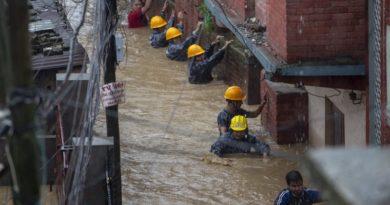 Расте броят на загиналите от наводненията в Непал