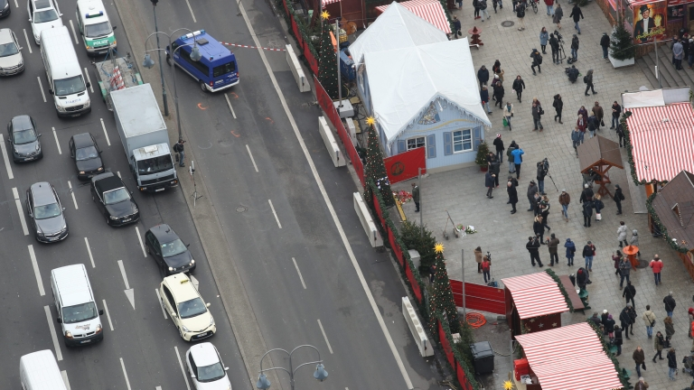 epaselect epa05685370 An aerial view of the recently re-opened Christmas Market (R) on the Breitscheidplatz square at the landmark Kaiser Wilhelm Memorial Church in Berlin, Germany, 22 December 2016. An unknown assailant drove a truck into the crowded Christmas market in front of the Kaiser Wilhelm Memorial Church on 19 December evening killing at least twelve people and injuring around 50 more in what authorities said was a deliberate attack.  EPA/MICHAEL KAPPELER