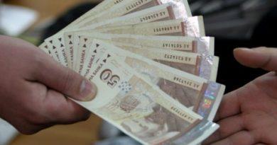 8155 души в България взимат заплати над 9100 лева