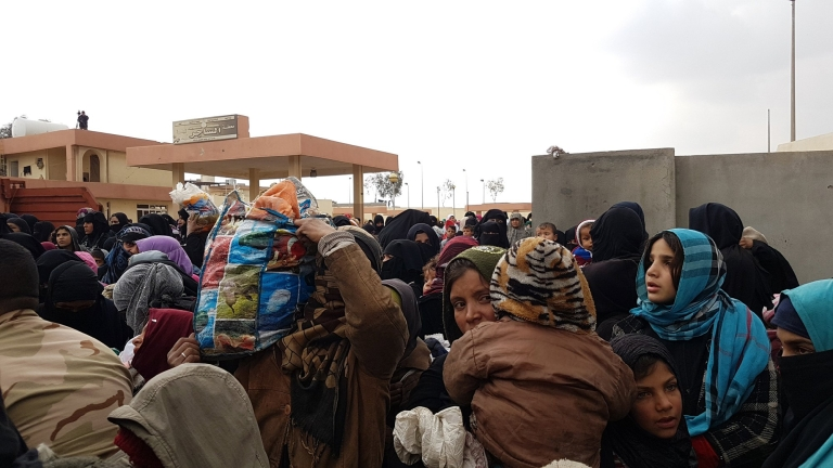 epa05828488 A picture made available on 04 March 2017, shows Iraqi displaced people who just fled from west of Mosul districts, arriving in Hamam Ali town, southern Mosul, northern Iraq, 03 March 2017. Around 30,000 people have fled Mosul since operations backed by a US-led coalition of states began as Iraqi forces advanced west of Mosul and took control over two districts, while they continue clearing roads and buildings in those areas from bombs, an Iraqi officer said.  EPA/BASEL RASOL
